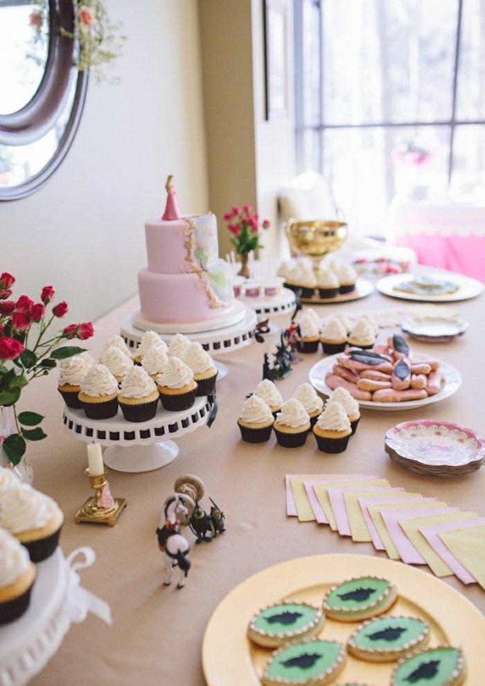 Süßigkeiten-Cupcakes-Torte-mit-Dornröschen-Motiven