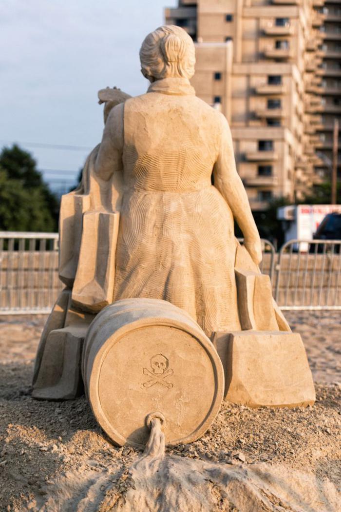 Sandskulptur-mit-sozialer-Botschaft-über-die-Кonsumgesellschaft