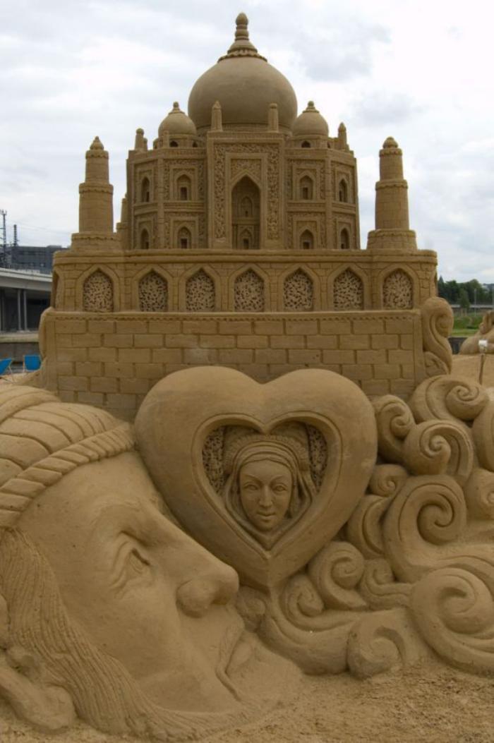 Sandskulptur-von-bedeutendem-architektonischen-Gebäude