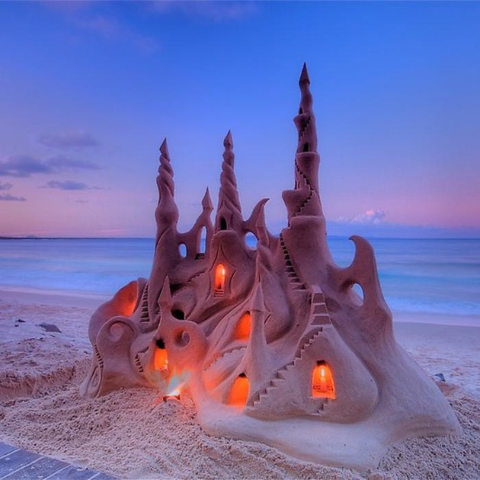 Sandskulptur-von-einzigartigem-beleuchteten-Schloss