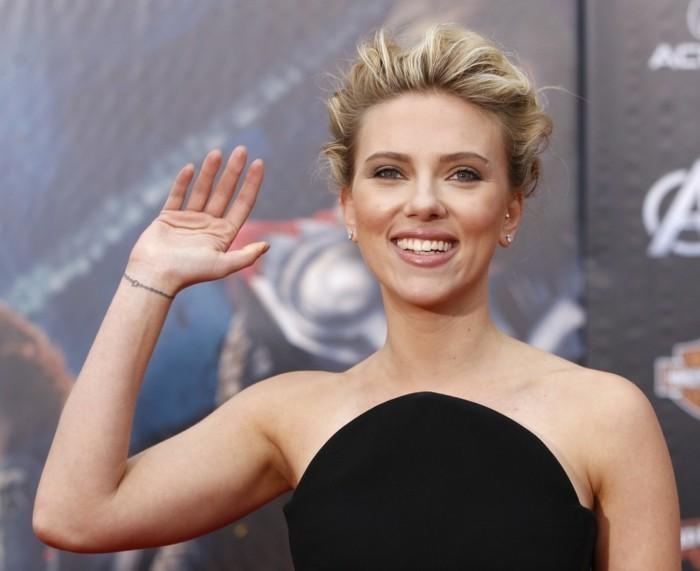 Scarlett-Johansson-mit-delikatem-Handgelenk-Tattoo