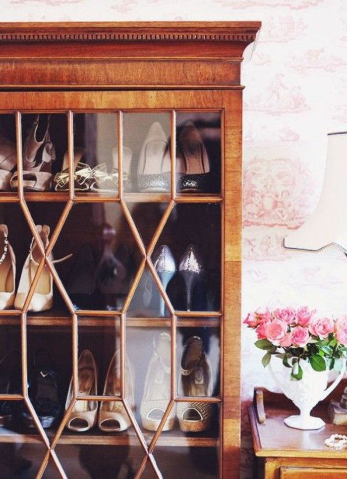 Schrank-aus-Holz-und-Glas-für-Schuhe