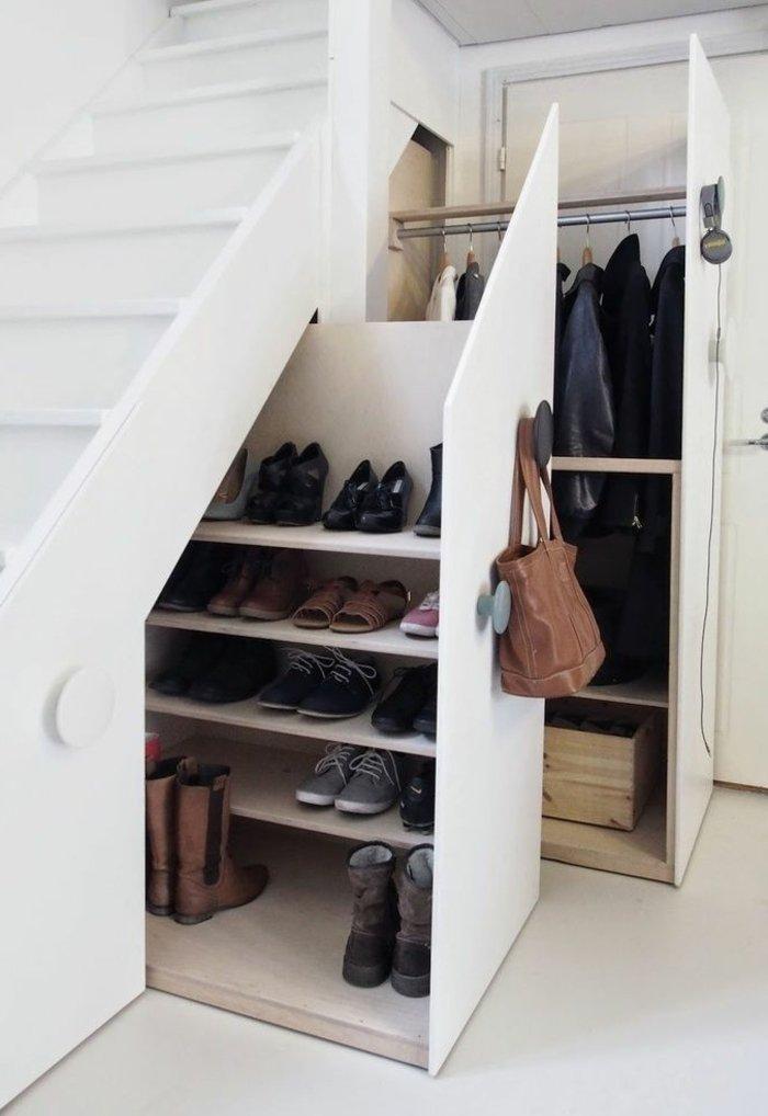 Schuhregale-unter-den-Treppen-praktische-Idee