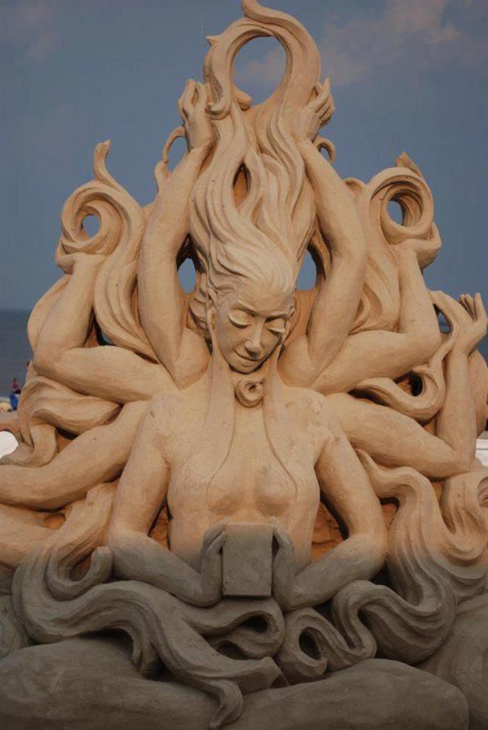 Skulptur-von-mythischem-Wesen-gemacht-aus-Sand