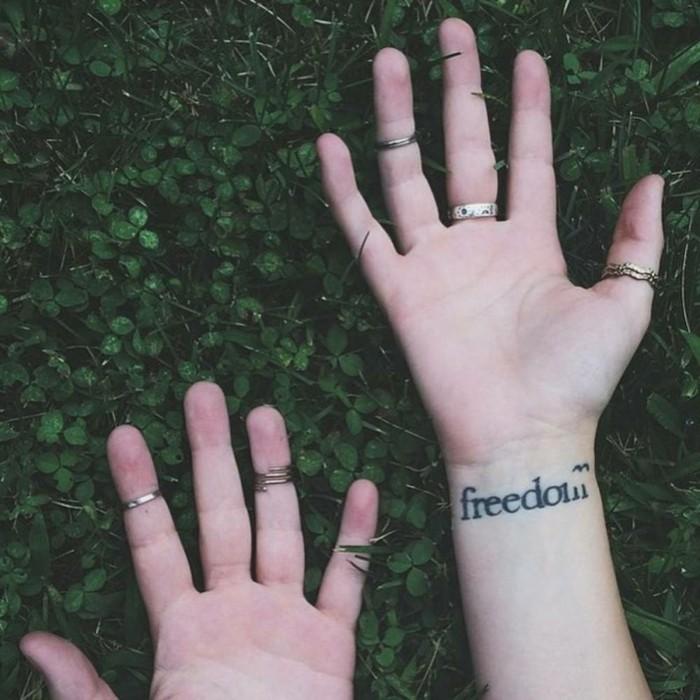 Tattoo-Schriftzug-Tattoo-am-Handgelenk