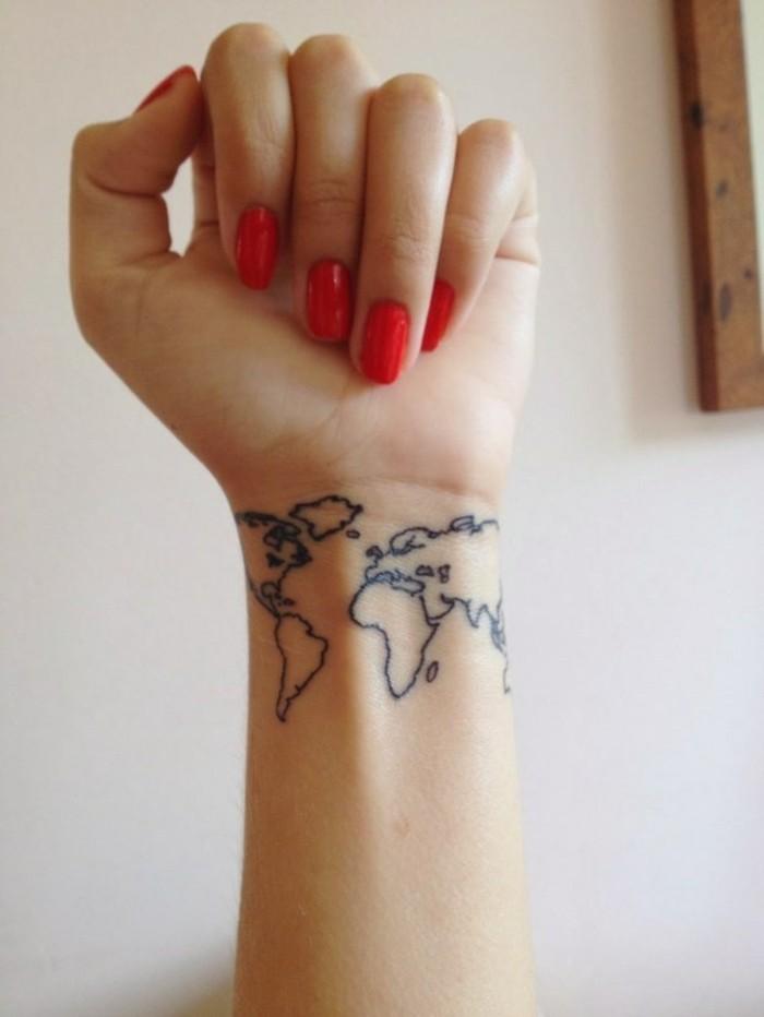 Tattoos-für-Frauen-Tattoo-am-Handgelenk-Weltkarte