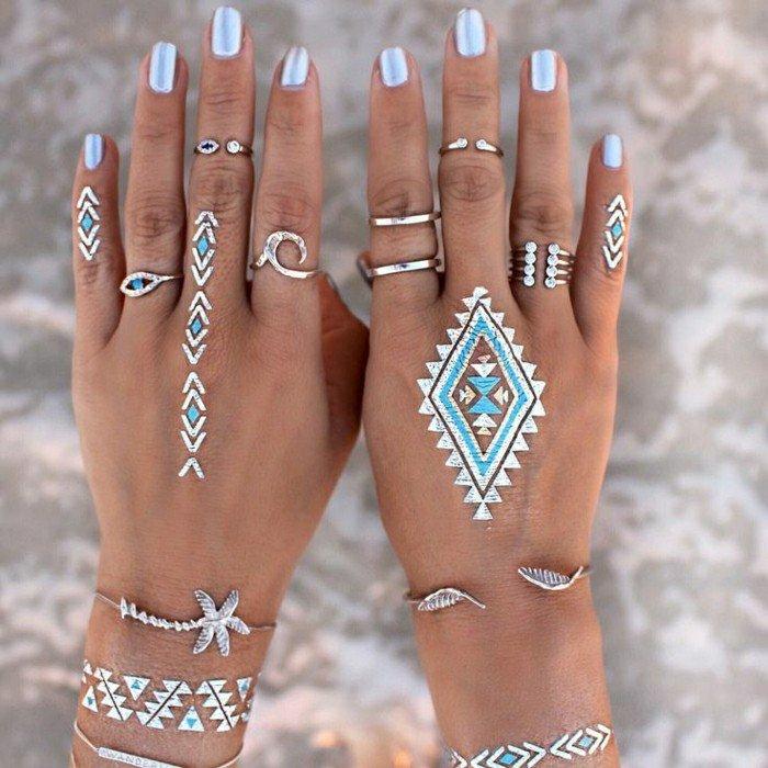 Tattoos-für-Frauen-silber-blau