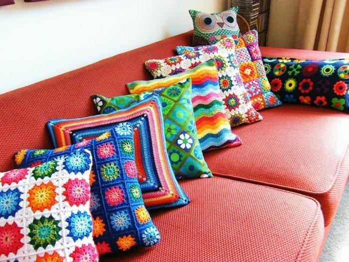 Textil-Sofa-rot-bunte-gestrickte-Kissen