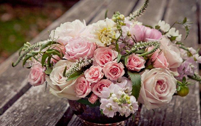 Tischdekoration-aus-zärtlichen-rosa-Rosen-für-eine-Dornröschen-Hochzeit
