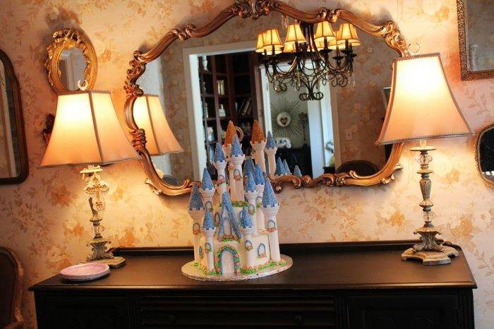 Torte-in-der-Form-von-Auroras-Schloss