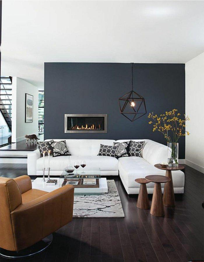 fliesen wohnzimmer wand:Wandfarbe-Anthrazit-modernes-Modell-Kamin-stilvolle-Möbel-weißes
