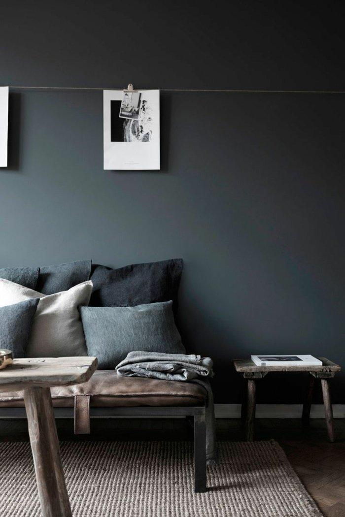 Wandfarbe-Anthrazit-schlichte-Möbel-in-rustikalem-Stil
