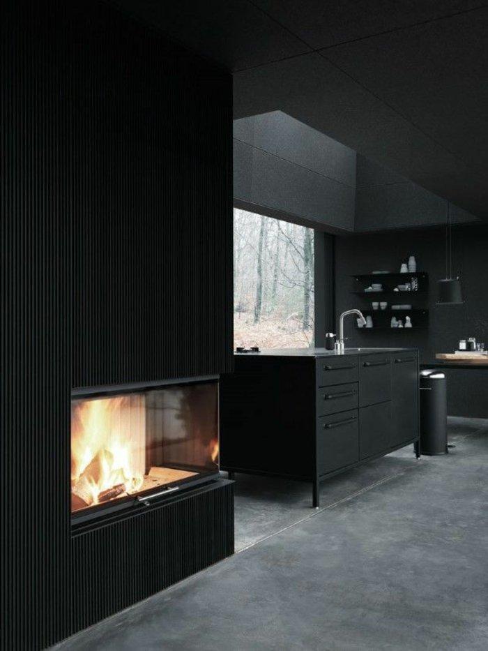 Wandfarbe-Anthrazit-schlichtes-elegantes-Interieur-Kamin