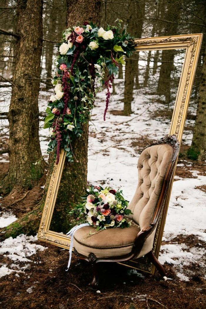 Winterbild-Wald-Bäume-Schnee-aristokratischer-Spiegelrahmen-Sessel-Blumen