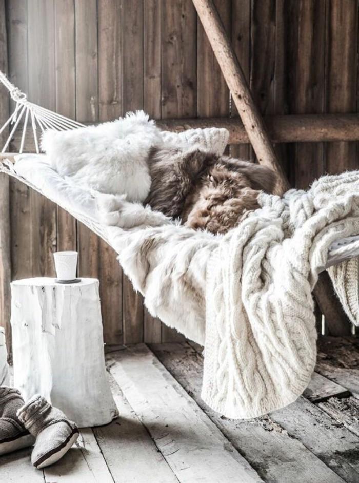 Winterimpression-Erholung-zu-Hause-Hängematte-Komfort-Gemütlichkeit