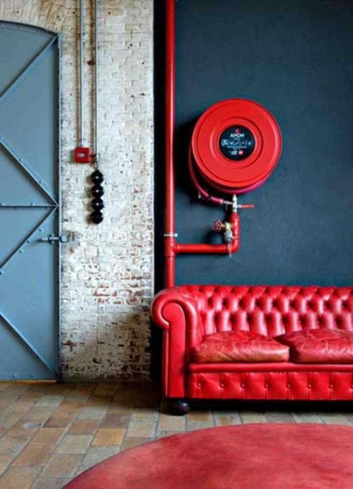 Wohnung-in-industriellem-Stil-rote-Ledercouch