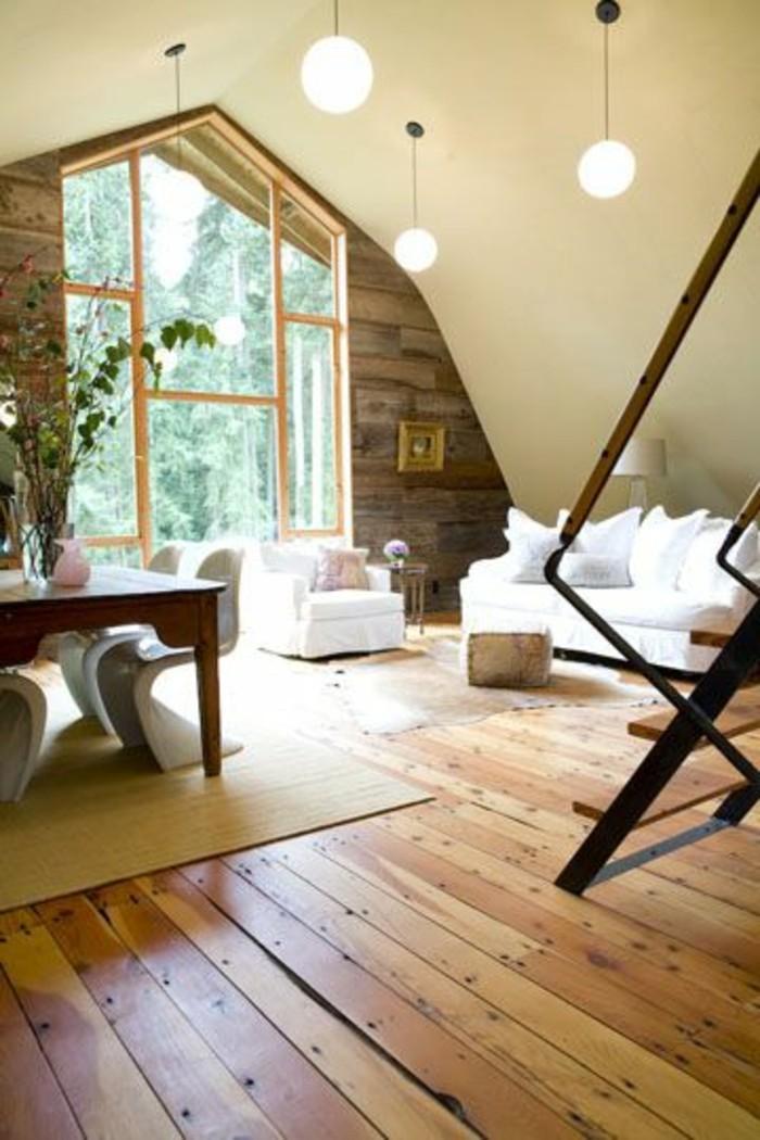 Zimmer-mit-interessanter-Zimmerdecke-Designer-Stühle-Holzboden
