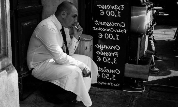 alltägliche-schwarz-weiße-Fotokunst-rauchender-Ober