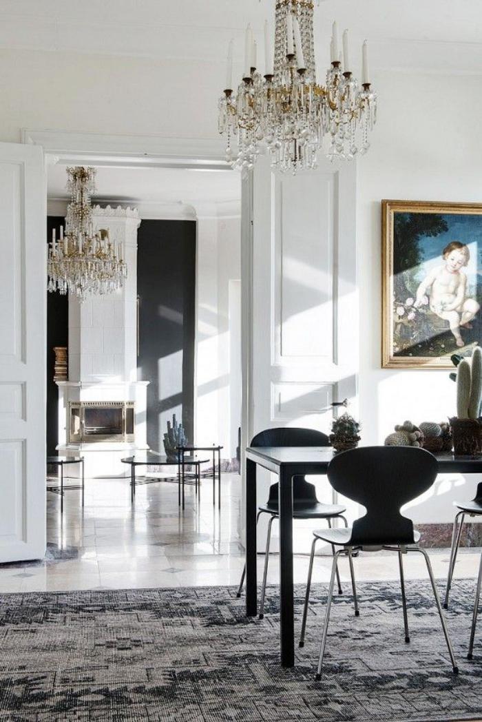 aristokratische-Wohnung-herrliche-Wandbilder-antike-Kronleuchter