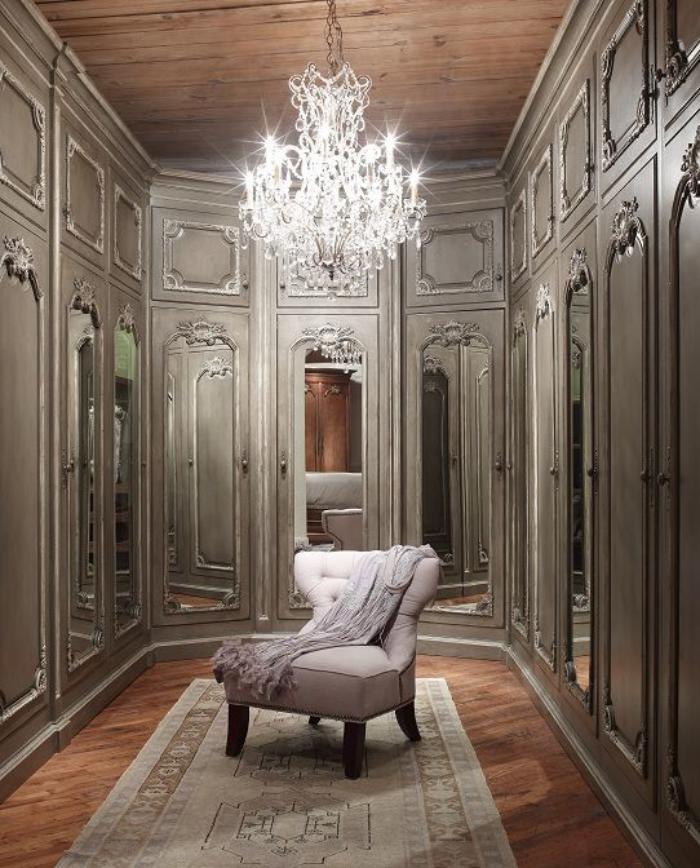 aristokratisches-Ankleidezimmer-in-vintage-Stil-wunderschöner-Kristall-Kronleuchter