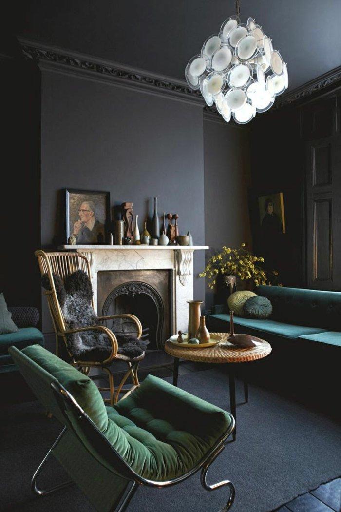 aristokratisches-Interieur-Kamin-Wandfarbe-Anthrazit-graue-Wandfarbe