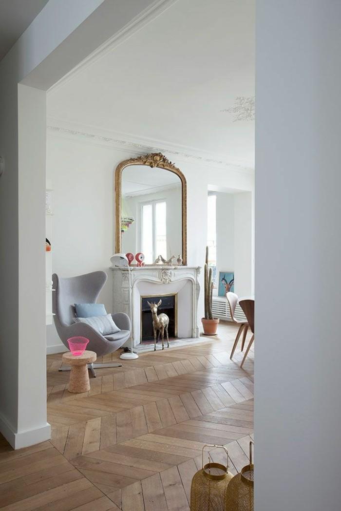 aristokratisches-Interieur-Kamin-hohe-Zimmerdecke-Parkettboden