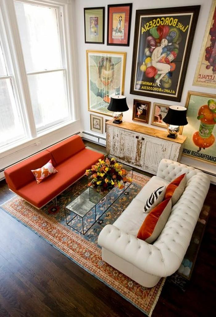 artistische-Wohnung-thematische-Wandposters-vintage-Schrank-weißes-rotes-Sofa
