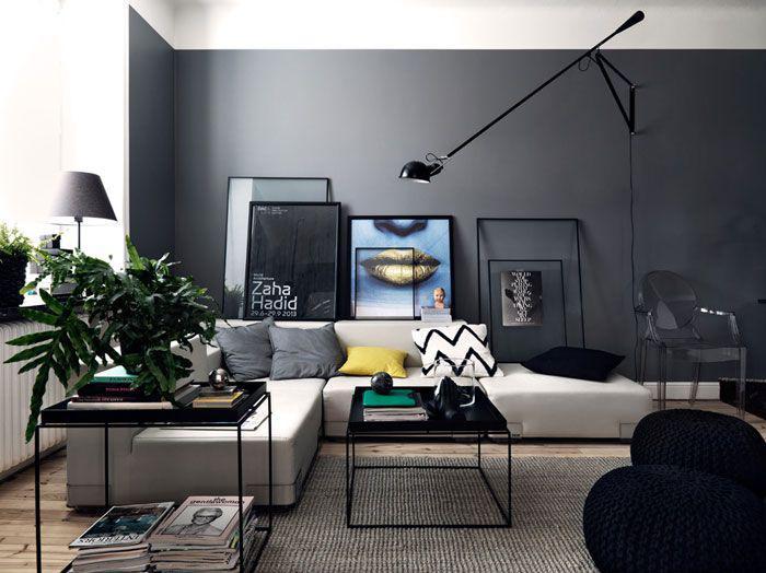 artistisches-Interieur-kleiner-schwarzer-Wohnzimmertisch-Couchtisch