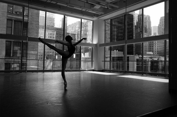 artistisches-schwarz-weißes-Foto-von-Ballerina