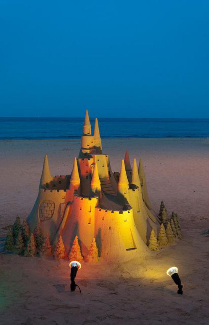 attraktive-Skulptur-von-Schloss-aus-Sand