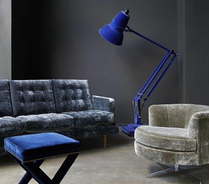 attraktive-Wandfarbe-Anthrazit-stilvolle-Möbel-graue-Wandfarbe
