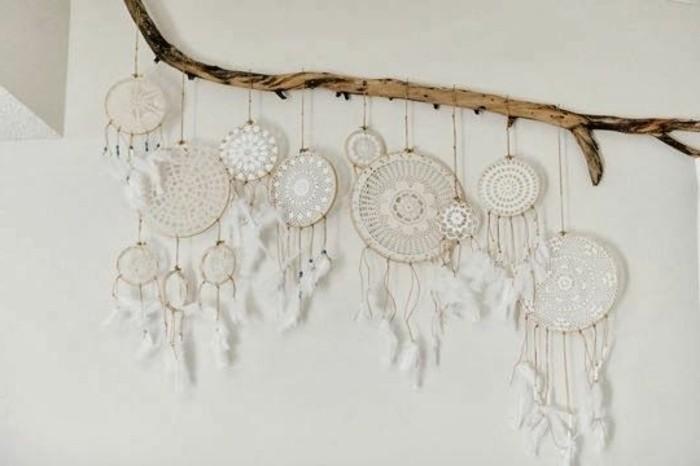 attraktive-wanddeko-ideen-weiße-hängende-dekoartikel-handgestrickt