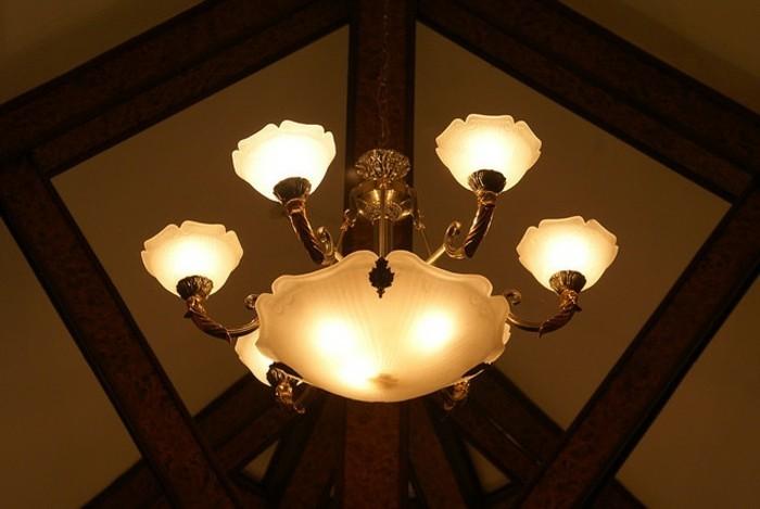 attraktiver-retro-kronleuchter-tolle-gestaltung-im-wohnzimmer