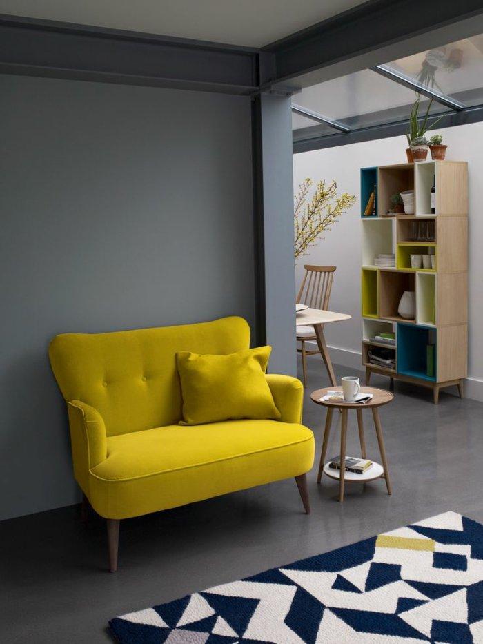 attraktives-Interieur-Wandfarbe-hellgrau-gelbes-Sofa
