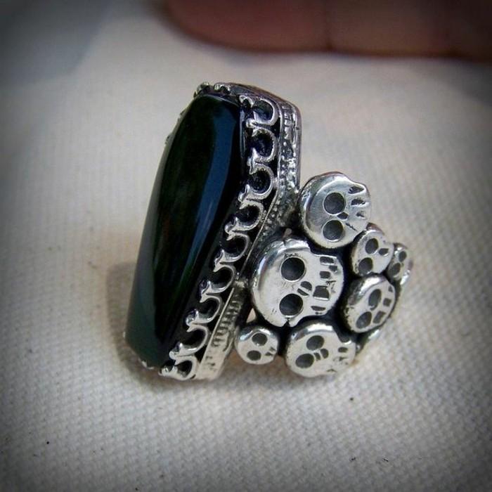 ausgefallene-Silberringe-Modell-mit-Obsidian-Schädel-Dekoration-gothischer-Stil