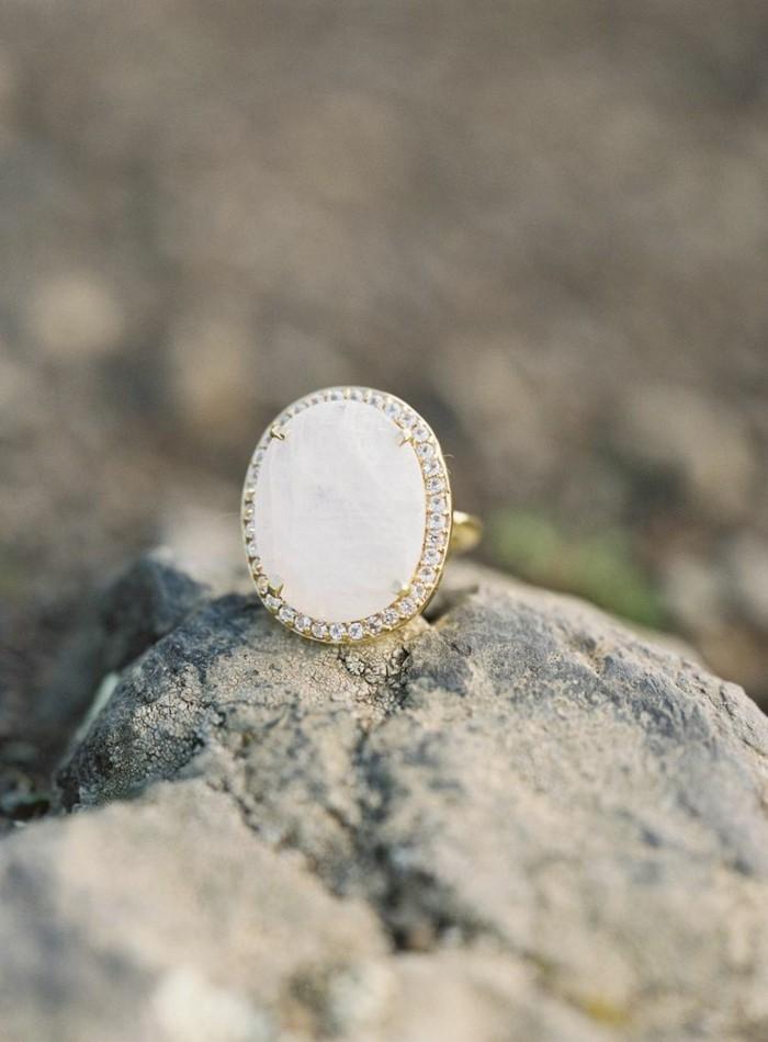 ausgefallene-Verlobungsringe-Modelle-weißer-Edelstein