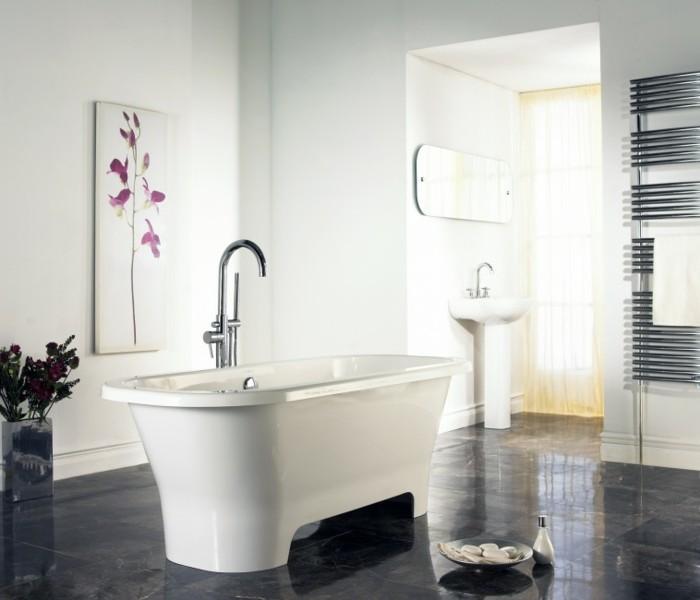 bad-einrichten-ideen-freistehende-weiße-badewanne