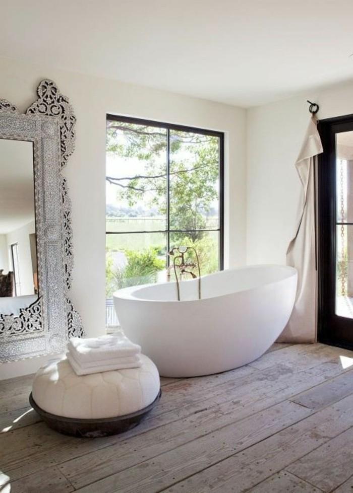 badezimmer-bilder-großes-fenster-weiße-badewanne-und-wandspiegel