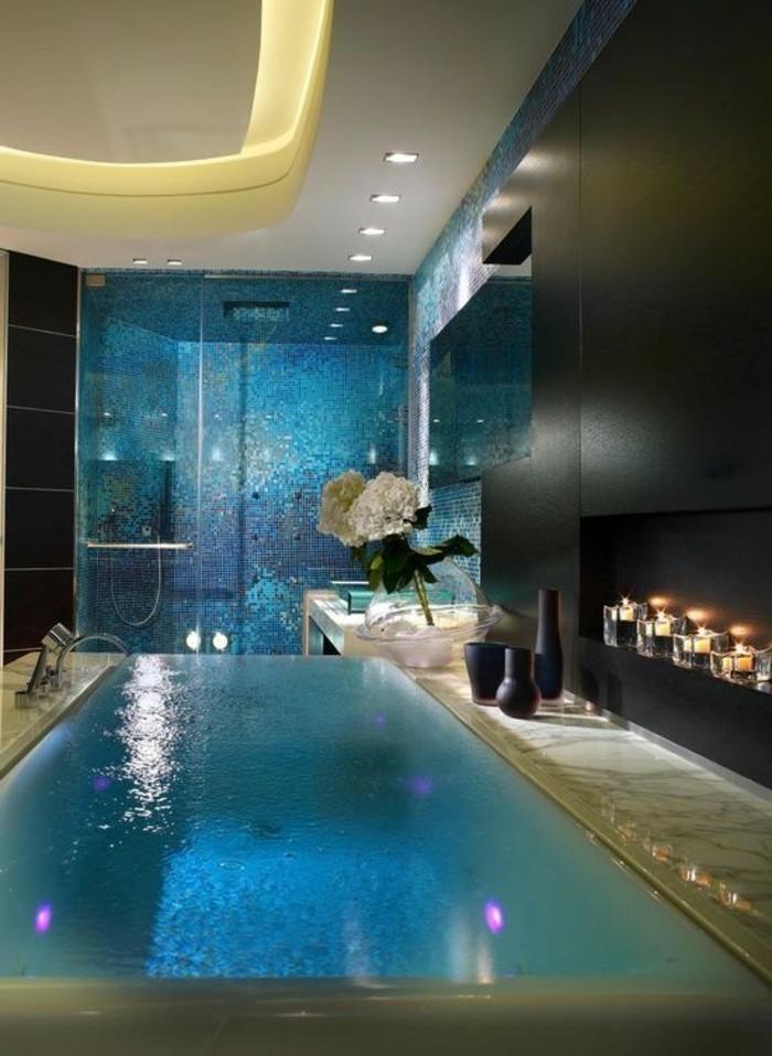 badezimmer-gestalten-ideen-herrliches-ambiente-tolle-blaue-gestaltung-hohe-zimmerdecke