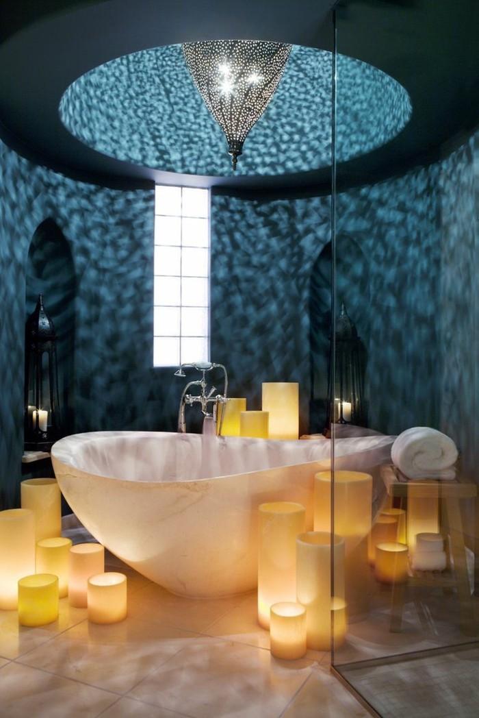 badezimmer-gestalten-ideen-weiße-badewanne -und-romantische-leuchten