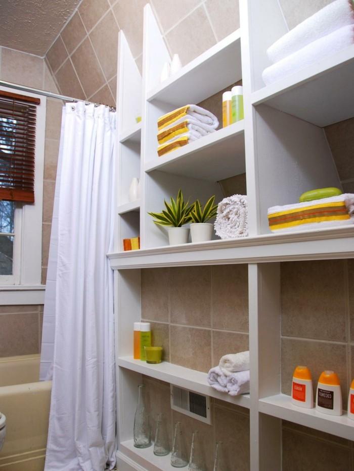 badezimmer-gestalten-weiße-schöne-regale-kleines-bad