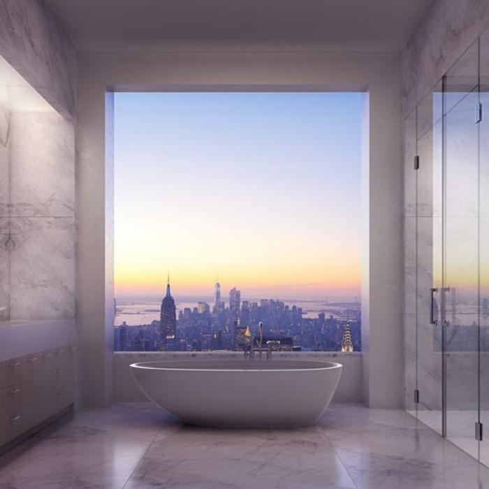 badezimmer-modern-gestalten-wunderschöne-badewanne-und-atemberaubender-blick-durchs-fenster