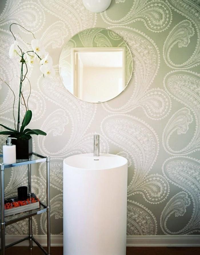 badezimmereinrichtung-runder-spiegel-interessante-tapeten