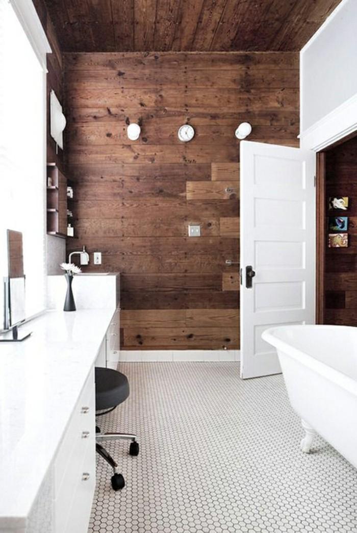 wunderschönes badezimmer - hölzerne wand - weiße badewanne