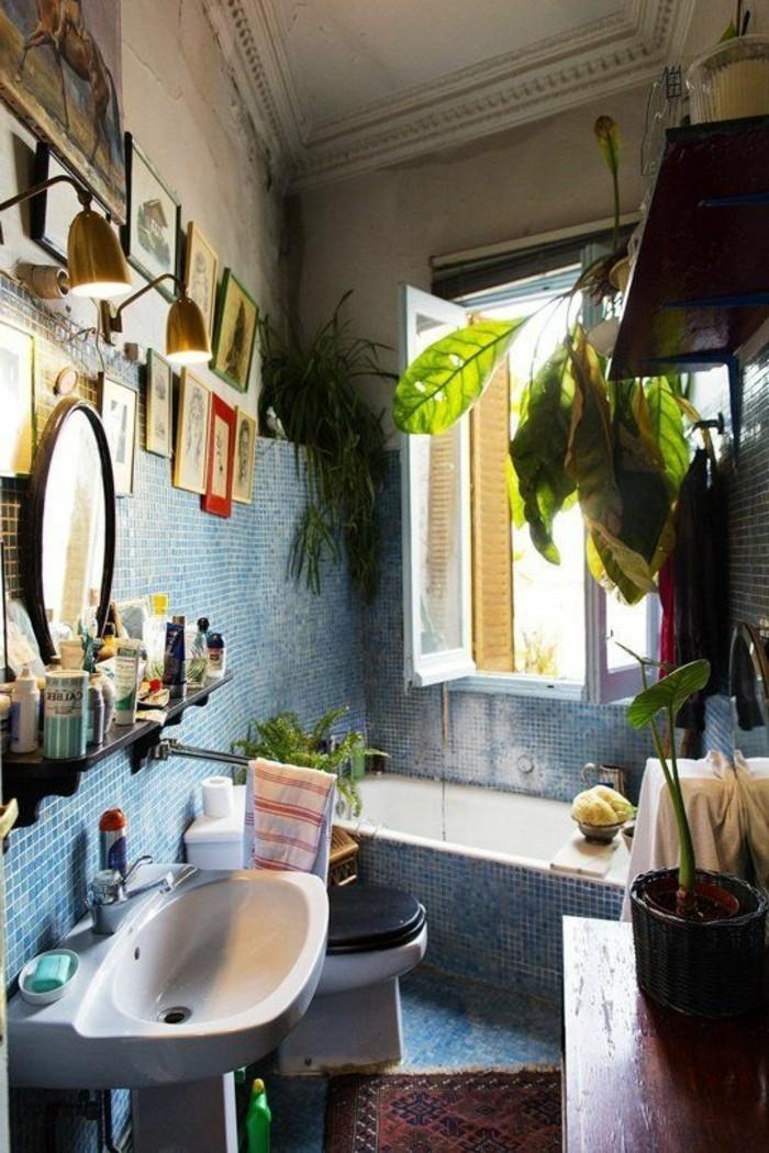 Elegant Badgestaltung Ideen Kleiner Raum Viele Dekoelemente Großes Fenster