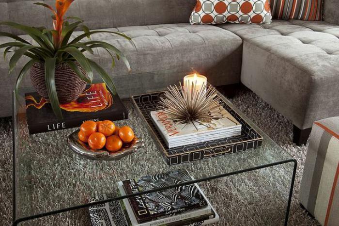 bequemes-graues-Sofa-flaumiger-Teppich-gläserner-Wohnzimmertisch-Kaffeetisch