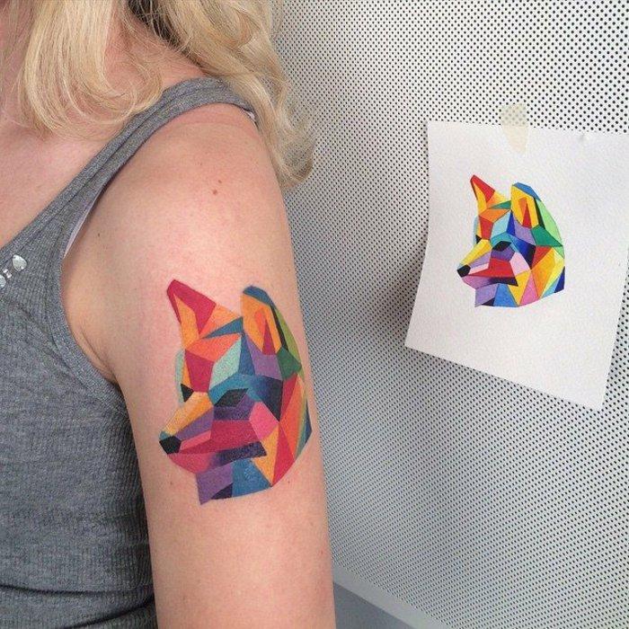 Tattoos-Bilder-bunte-Tattoos-Wolf-Zeichnung-mit-geometrischer-Struktur