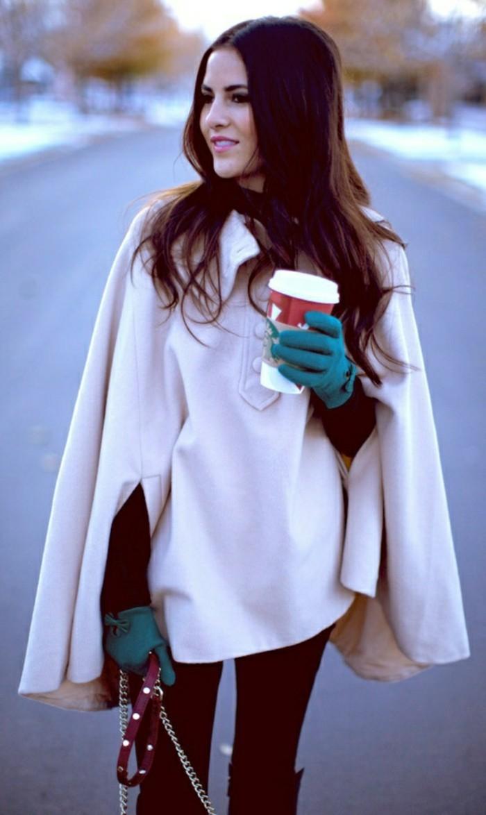 cape-damen-elegant-modelle-blaue-handschuhe-resized