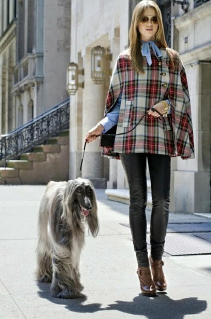 cape-damen-kariert-frau-mit-Hund-resized