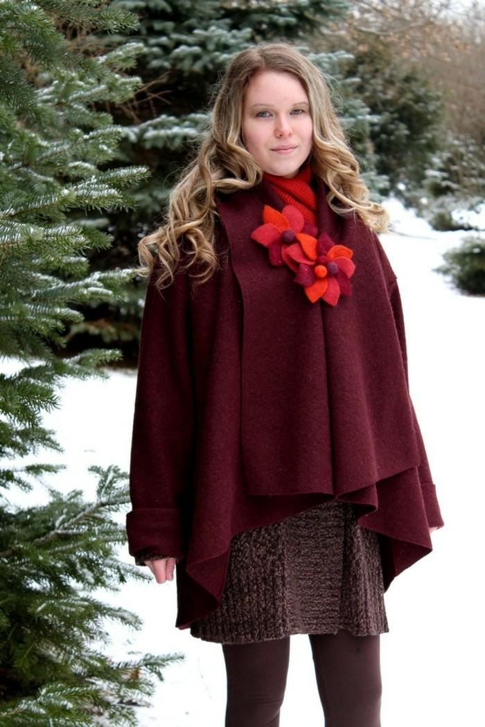 cape-mantel-in-rot-aus-wolle-im-winter-saison